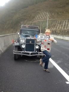 Das Nummerngirl. Auf der leeren Autobahn kann man auch mal faxen machen.