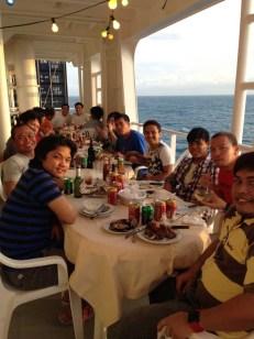 Grillparty mit der Mannschaft. Alles junge Philippinos.