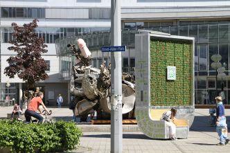 Ernst-Abbe-Platz Jena mit CityTree und Plastik von Frank Stella mit ergänzendem Papp-Penis, NaturAhorn im Hintergrund