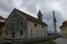 Die Kirche von Jesenice, zwischen den Resten des Stahlwerkes und den neuen Großmärkten