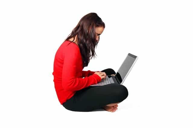 Fräulein verdient mit bezahlten Umfragen Geld am Laptop