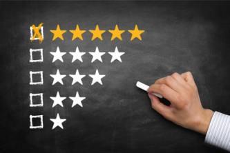 Werdender Produkttester macht Bewertung auf Kreidetafel
