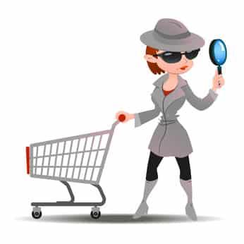 Spion-Testkäufer (Mystery Shopper) mit Einkaufswagen und Lupe