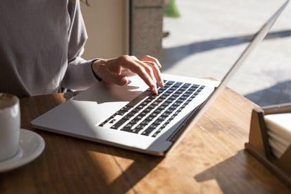 Frau wird Texter am Laptop in Heimarbeit