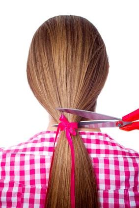 Haare einer Frau (Zopf) werden zum Verkauf abgeschnitten