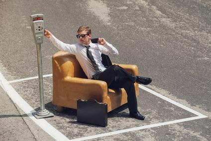 Mann im Sofa auf Parkplatz, der vermietet wird