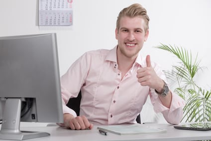 Mann verdient mit eigener Homepage Geld und zeigt Daumen nach oben