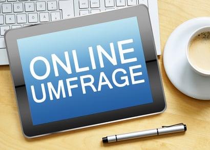 Bezahlte Online-Umfragen steht auf Tablet drauf