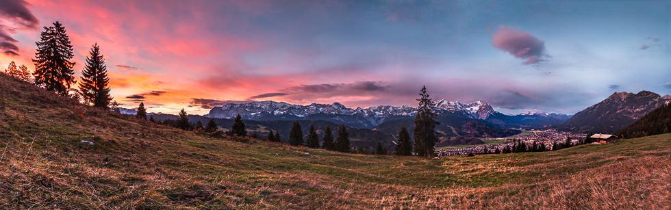 Sonnenaufgang, gesehen von der Eckenhütte mit Blick auf Wetterstein und Garmisch-Partenkrichen