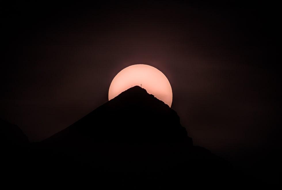 Die Sonne hinter der Alpsitze