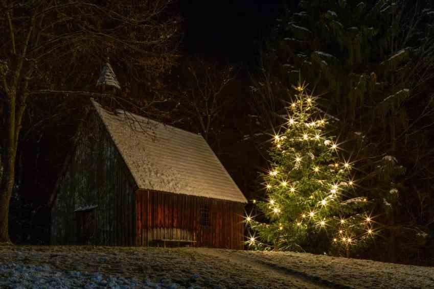 Glentleiten Kapelle mit Weihnachtsbaum