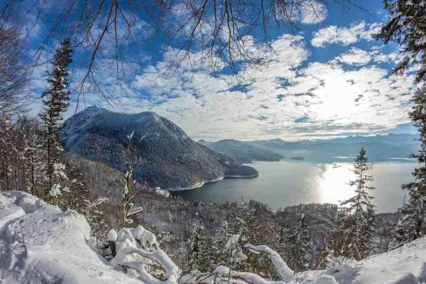 Blick auf den winterlichen Walchensee