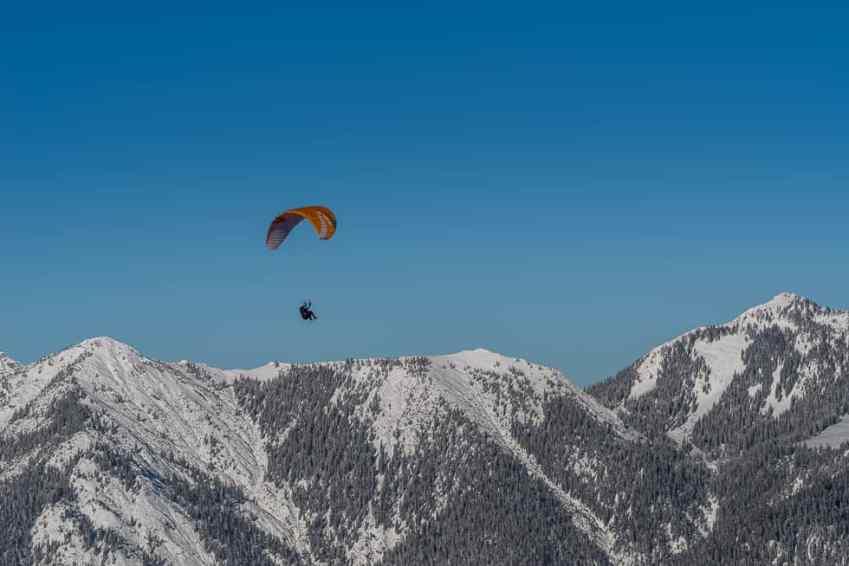 Paraglider vor Bergpanorama