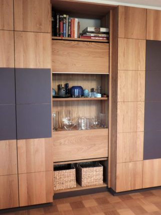 Wohnzimmerschrank teilweise mit Linoleum belegt