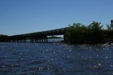unter der Brücke durch