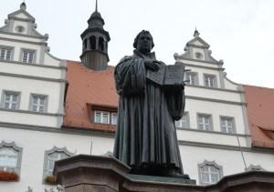 ヴィッテンベルク市庁舎前のルター像