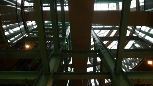 Das imposante Treppenhaus ist einem überdimensionalen Bierfass nachempfunden