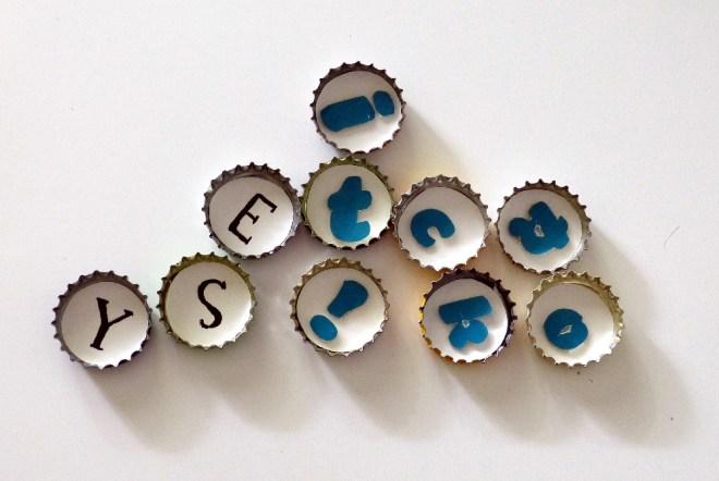 Buchstabenmagnete aus Kronkorken basteln