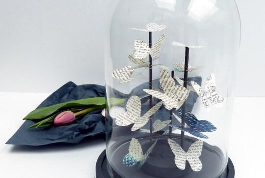 Schmetterlingsschwarm mit Tulpen und Cloche
