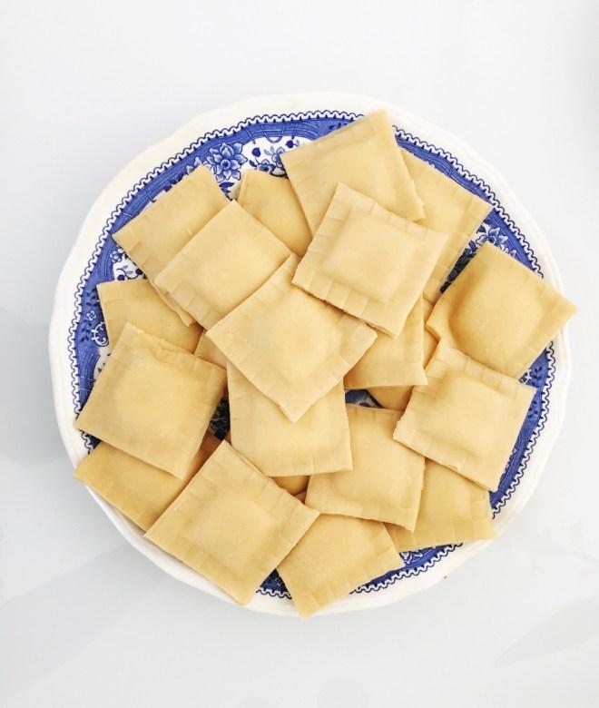 frische Ravioli auf einem blauen Teller