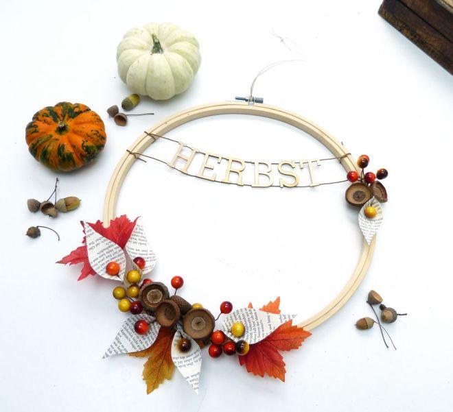 Herbstdeko mit Kranz und Stickrahmen