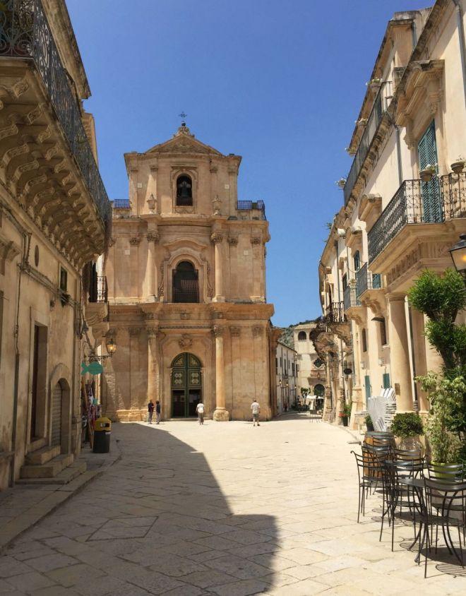 Straße in Scicli mit Kirche