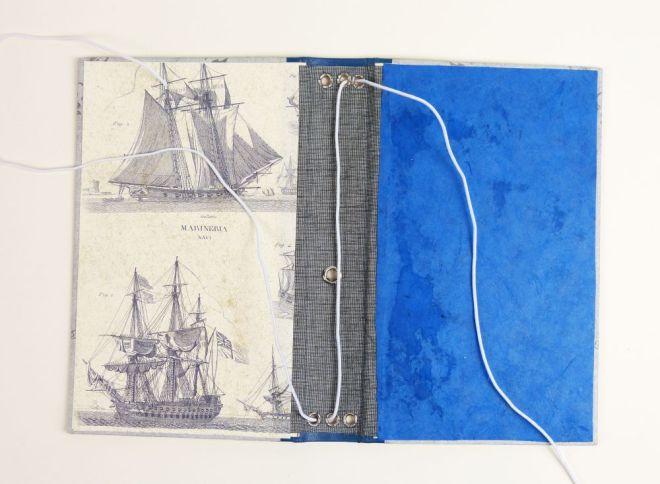 Gummibänder in ein Notizbuch fädeln