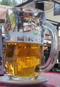 Kaltes Bier auf Stehtisch