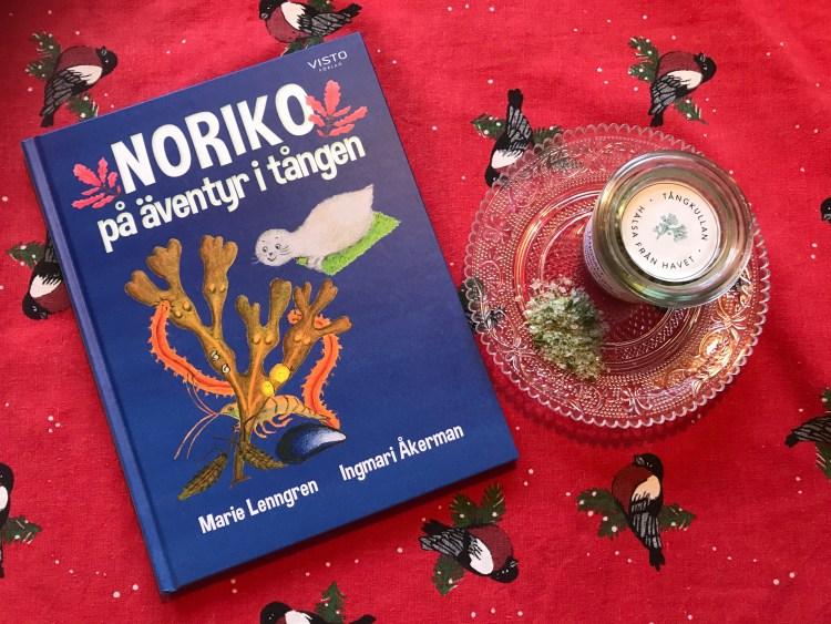 Julklappspaket: Noriko på äventyr i tången och Tångkullans tångsalt på julduk.