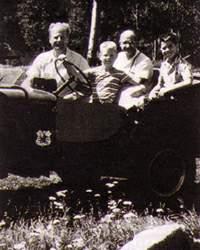 في لوس ألاموس عام 1943 يتذكر بوضوح رؤيته لتصميم منسوب لهيزنبرگ. وقد كتب للمؤلف في عام 1994 حول هذه المعلومة (في اليمين). و(في اليسار)، يجلس بيته وخلفه الذي صمم أول مفاعل نووي أمكن تشغيله بشيكاغو في الولايات المتحدة. وقد ساعد نجاح فيرمي على إقناع بيته بإمكانية تصنيع الأسلحة النووية.
