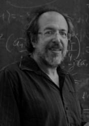 لي سامولين، باحث في معهد پيرمتر للفيزياء النظرية بواترلّو (كندا) وأستاذ منتدب للفيزياء في جامعة واترلّو