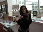 """En main le pamphlet de Corral de Piedra, Cura Malal """"La vaca alada"""" #1 - Expo Siestes et Autres Rêves"""