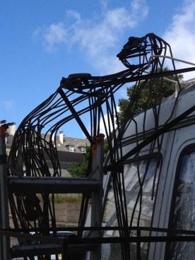 En figure de proue à la poupe du camion... la sculpture voit du pays en attendant d'être reprise par le duo...