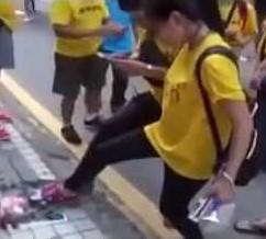 Bersih girl step Najib pijak