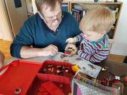 Farfar och Sander bygger lego