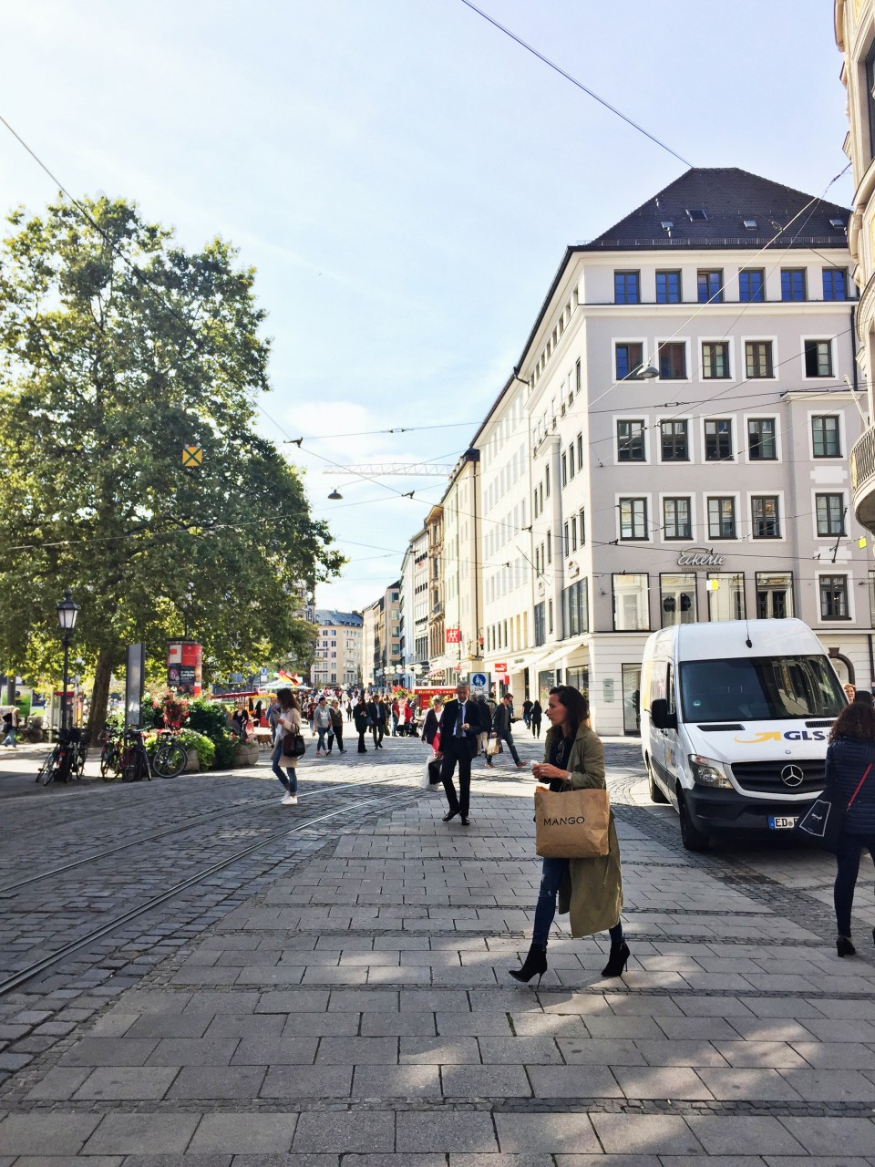 walking-in-munich-buildings