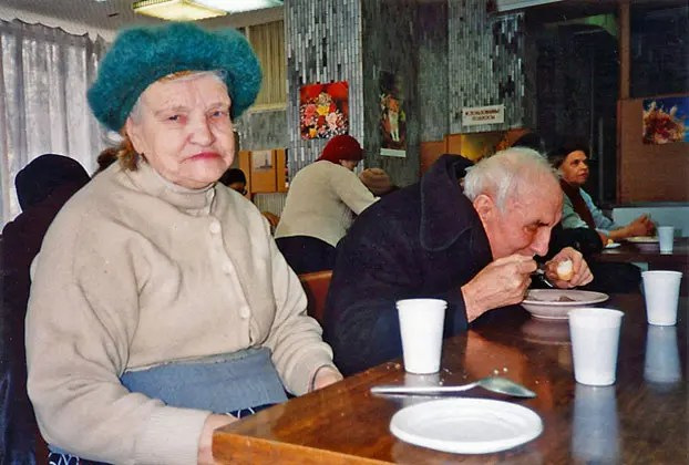 Russians Alexandria Kunitsina and her husband Michael share lunch together at a Moscow soup kitchen in 1994 <br data-recalc-dims=