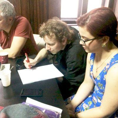 Adriana Muscă în plan apropiat, apoi Alex Maniu, gata să înghită textul și Darius Hupov, încruntat fără un motiv anume.