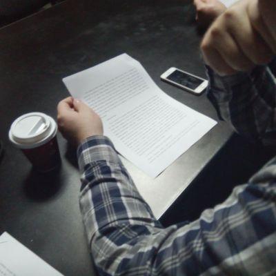 Daniel Timariu, preocupat de literele de pe foaia de hârtie.