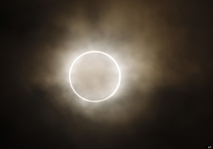 http://www.huffingtonpost.com/2012/05/20/solar-eclipse-pictures-photos-annular_n_1529805.html#s=999654