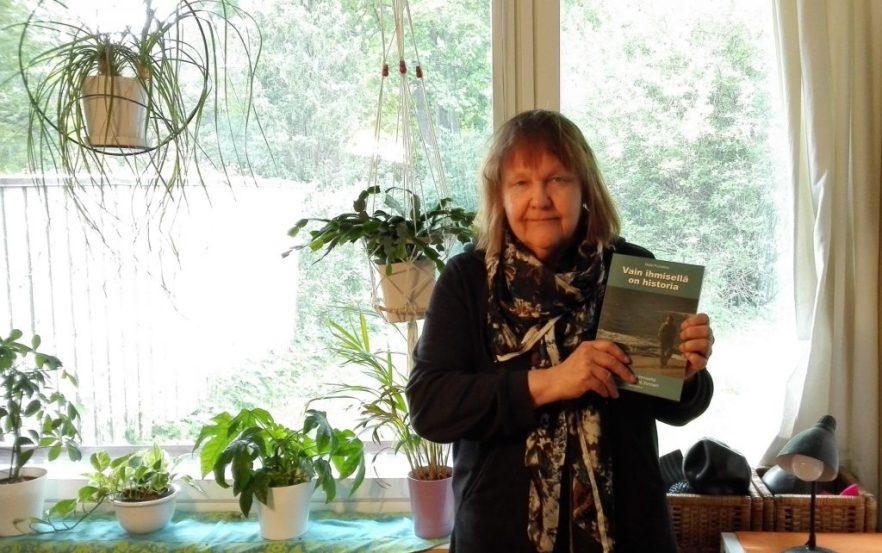 Vain ihmisellä on historia -kirja ja toimittaja Heli Santavuori