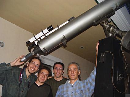 """Ιάκωβος Στρίκης, Βασίλης Λεντής, Γιάννης Μπελιάς και Ιάκωβος Στέλλας, υπό την """"σκέπη"""" του διοπτρικού τηλεσκοπίου."""
