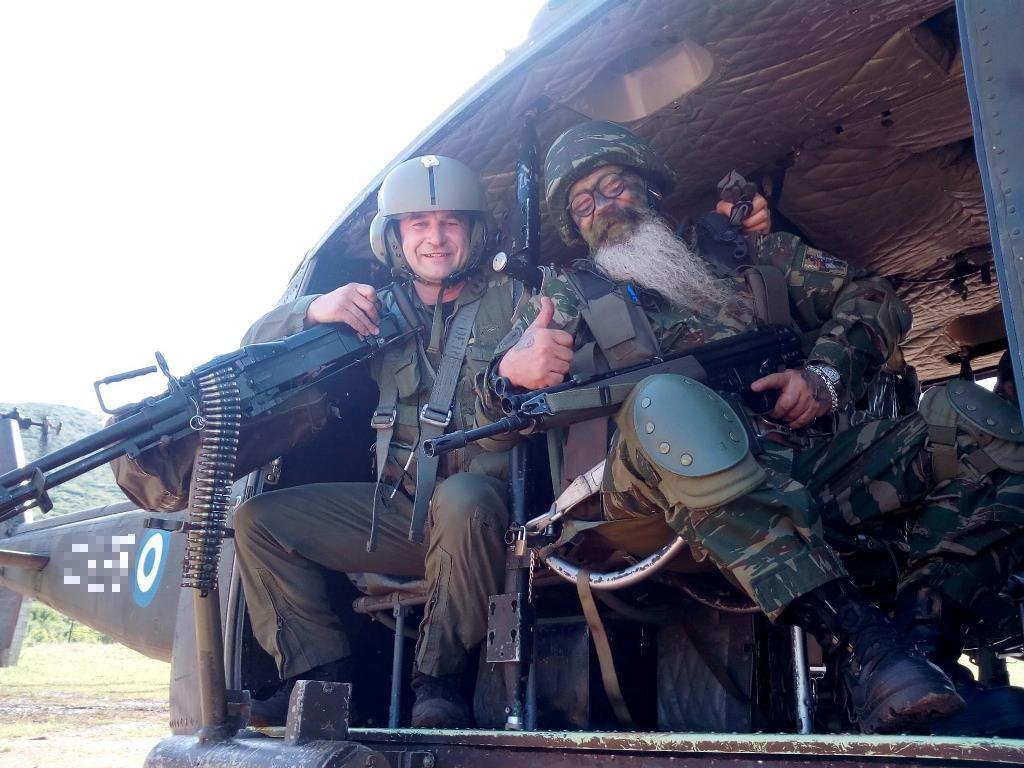 Ροκ φιγούρες και μηχανόβιοι σε ασκήσεις του στρατού: Οι Εθνοφύλακες τα δίνουν όλα!