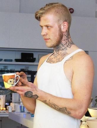 Pippi-kopp og modell med tatoveringer.