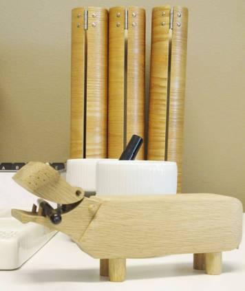 Permene i bakgrunn er laget av tre. Det er også flodhesten fra Kay Bojesen fungerer som en penneholder for anledningen.
