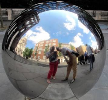 Bloggeren og hennes mann ser inn i glasskula. Fremtiden ser vidundelig ut.