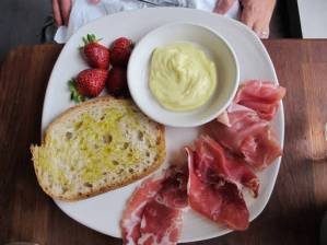 Italienske skinker, nydelig landbrød med deilig olivenolje, aioli og norske jordbær.