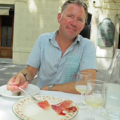 en fornøyd skinkemann med blanc pescador i glasset. (musserende hvitvin som er fabelaktig til fisk)