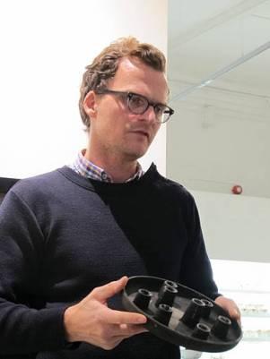 Andreas Engesvik viser en modell av Ittala-lysestaken. Denne med 8 tårn. Den endte med 6 tårn.