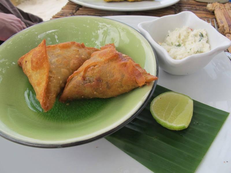 Samosaer med kokoschutney og lime.